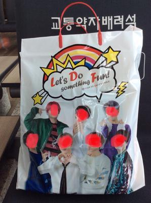某アイドルグループを起用した免税店の袋。こういった使い方が本当に上手です。