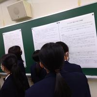 残された手記を読む生徒たち